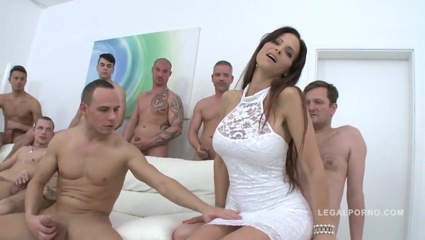 Сразу 10 мужчин хотят трахать эту грудастую девушку в жопу и в пизду